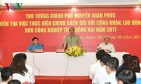 PM Nguyen Xuan Phuc memeriksa berbagai institusi serikat buruh dan melakukan dialog dengan kaum buruh di Provinsi Dong Nai
