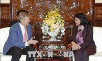 Dang Thi Ngoc Thinh rencontre un directeur de l'ONG Operation Smile