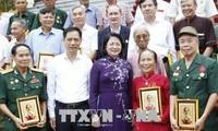 Une délégation de personnes méritantes de la patrie reçue par Dang Thi Ngoc Thinh