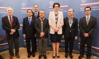 La Pologne remet sa plus haute distinction honorifique à l'artiste du peuple Dang Thai Son