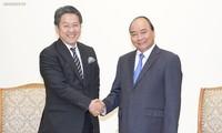Le gouverneur de la JBIC reçu par Nguyên Xuân Phuc