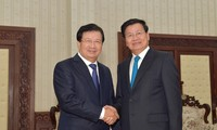 Le vice-Premier ministre Trinh Dinh Dung reçu par des dirigeants laotiens