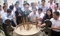 Offrande d'encens à l'ancien secrétaire général du Parti Lê Duân et des Héros morts pour la Patrie