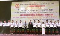 Plus de 200 bourses d'Odon Vallet à des élèves et étudiants de Thua Thiên-Huê