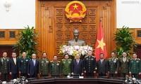 Nguyên Xuân Phuc reçoit des officiels militaires à l'occasion du 75e anniversaire de l'Armée populaire du Vietnam