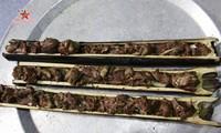 Du canard grillé dans un tube de bambou, une spécialité thaï