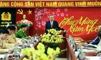 Truong Hoa Binh travaille et avec les douaniers et présente ses vœux aux policiers de la route