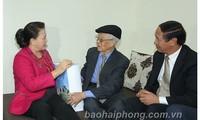 Nguyên Thi Kim Ngân offre des cadeaux à des familles de vétérans révolutionnaires à Hai Phong