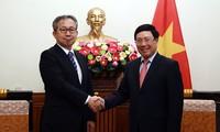 Le nouvel ambassadeur du Japon au Vietnam reçu par Pham Binh Minh