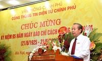 Truong Hoa Binh rencontre le personnel du journal électronique du gouvernement