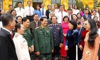 Dang Thi Ngoc Thinh rencontre des personnes exemplaires de Vinh Long