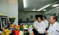 Offrande d'encens à d'anciens dirigeants vietnamiens