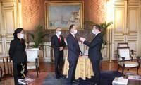 L'ambassadeur du Vietnam en France décoré de la légion d'honneur