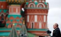 """Commémorations de 1945: la Russie défendra """"fermement"""" ses intérêts, proclame Poutine"""