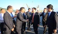 Le vice-Premier ministre Vuong Dinh Huê visite le port de Da Nang