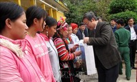 Tet gifts presented to ethnic people in Lai Chau