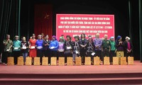 Vice President gives gifts to policy beneficiaries, disadvantaged students in Lai Chau
