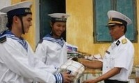 Geschenke für Soldaten auf der Da Lat-Insel