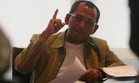 Thailändische Polizisten nehmen einen Oppositionsführer fest