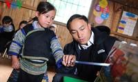 Ein junger Erzieher im Kindergarten im Bergkreis Mu Cang Chai