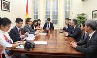 Vizepremierminister Vu Duc Dam empfängt Vorsitzende der japanischen Zeitung Asahi Shimbun