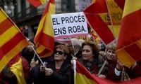 Hunderttausende Menschen demonstrieren gegen die Unabhängigkeit Kataloniens