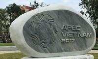 Bildhauer aus dem Dorf Non Nuoc fertigen vietnamesische Werke im APEC-Skulptur-Garten