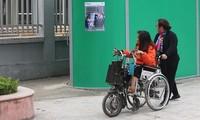 Behinderte richten sich in die Welt