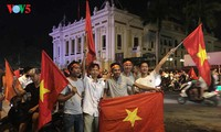 Die Fußballfans feuern die Fußballolympiamannschaft Vietnams an