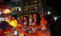 Im Ausland lebende vietnamesische Jugendliche und Studenten besuchen die Altstadt Hoi An's