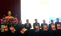 Die Nhan-Dan-Zeitung schenkt den Soldaten auf den Inseln und an der Grenze Bücher