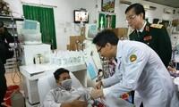 Vize-Premierminister Vu Duc Dam überreicht Geschenke an Patienten