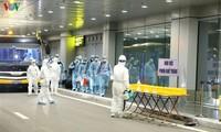 Vietnamesen werden per Flugzeug aus der chinesischen Stadt Wuhan nach Vietnam gebracht