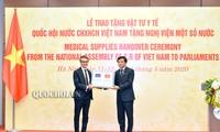 Das vietnamesische Parlament überreicht medizinische Materialien an einigen ausländischen Parlamenten