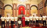 Vize-Staatspräsidentin Dang Thi Ngoc Thinh trifft vorbildliche junge Familien 2020