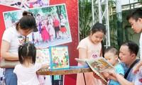 Aktivitäten am Wochenende in der Buchstraße in Hanoi