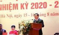 Der Parteisekretär von Hanoi Vuong Dinh Hue nimmt an Parteisitzung der Nationaluniversität Hanoi teil