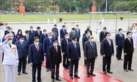Spitzenpolitiker besuchen das Ho-Chi-Minh-Mausoleum