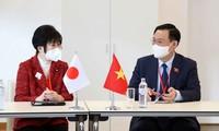 Parlamentspräsident Vuong Dinh Hue trifft die Präsidentin des japanischen Oberhauses
