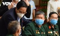Pham Minh Chinh rencontre les vétérans et les personnes méritantes