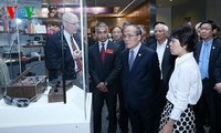 Chủ tịch Quốc hội  Nguyễn Sinh Hùng tham quan Bảo tàng lưu trữ quốc gia Hoa Kỳ