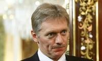 В Кремле считают абсурдом отказ Лондона в аккредитации Sputnik и RT