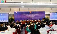 Нгуен Суан Фук принял иностранных специалистов, участвовавших во Вьетнамском форуме по реформированию и развитию 2019