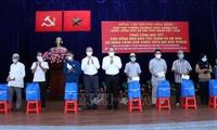 Руководители Партии и Государства вручили новогодние подарки гражданам, находящимся в трудной жизненной ситуации