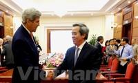 Kepala Departemen Ekonomi KS PKV, Nguyen Van Binh menerima mantan Menlu AS, John Kerry