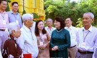 Wapres Dang Thi Ngoc Thinh menerima delegasi anggota MN Provinsi Vinh Long dari berbagai masa bakti