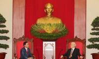 Sekjen KS PKV Nguyen Phu Trong menerima delegasi anggota Partai Rakyat Revolusioner Laos