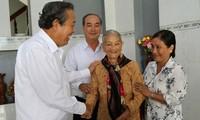 Deputi PM Vietnam,  Truong Hoa Binh melakukan kontak dengan para pemilih di Provinsi Long An