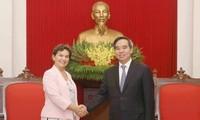 Kepala Departemen Ekonomi KS PKV, Nguyen Van Binh menerima Pemimpin Gagasan 2020 tentang Perubahan iklim