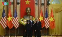 Presiden Vietnam, Tran Dai Quang mengadakan resepsi kenegaraan menyambut Presiden AS, Donald Trump